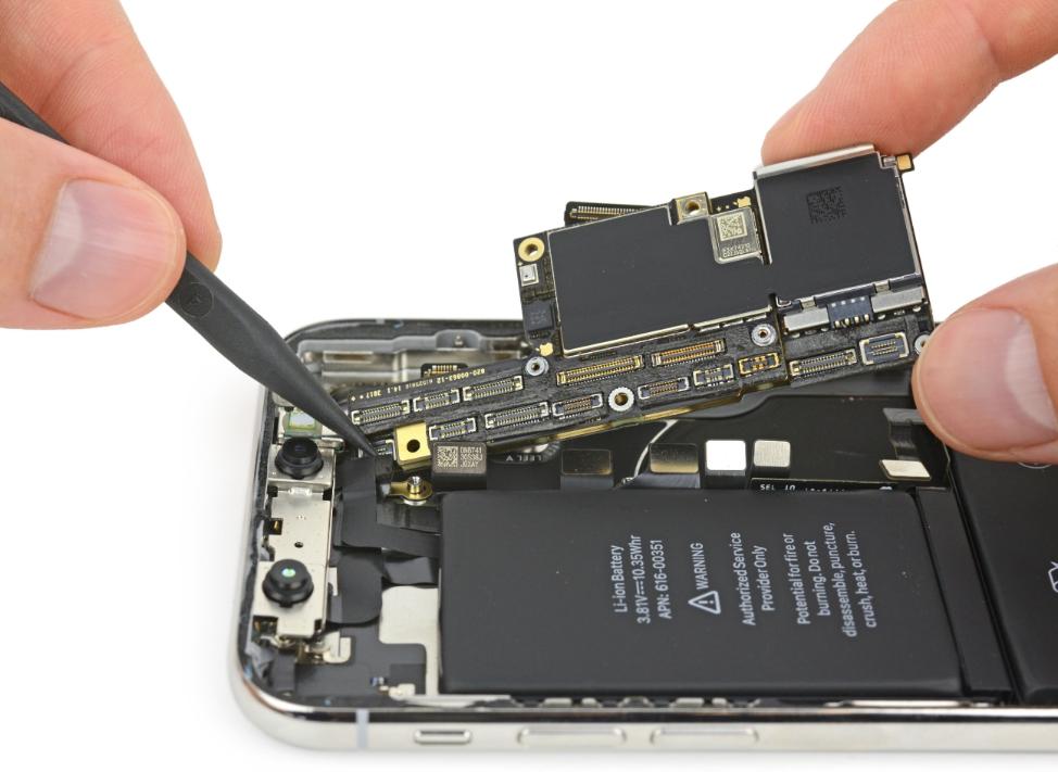 Вынимаем плату iPhone X из корпуса