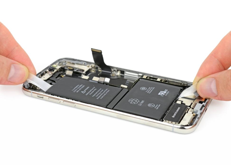 Вынимаем АКБ из iPhone X