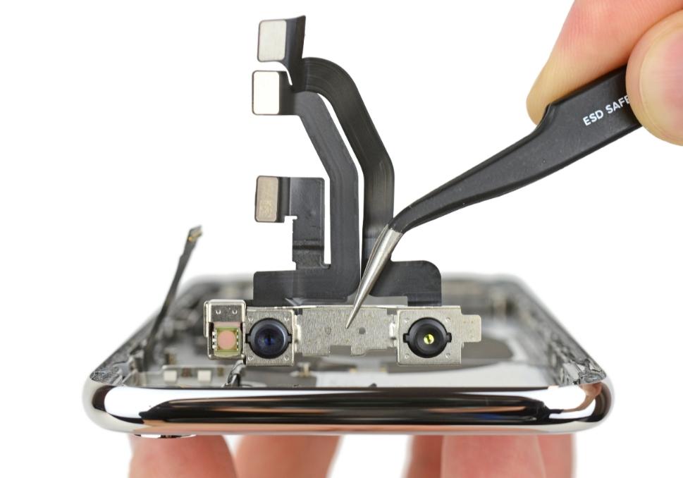 Пинцетом вынимаем TrueDepth iPhone X