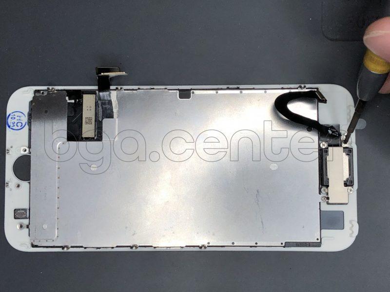 Откручиваем фиксатор шлейфа фронтальной камеры айфон 7